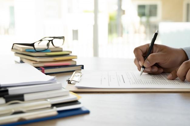 Zakenman kantoor werknemer werkcontract met documenten stapels bestanden papier en wetgeving Premium Foto