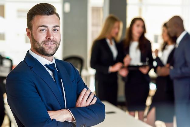 Zakenman leider in een modern kantoor met zakenlieden werken Gratis Foto