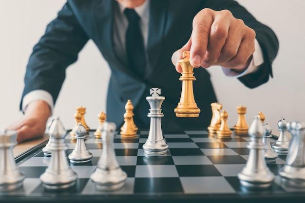 Zakenman leiderschap schaken en denken strategieplan over crash omverwerpt het tegenovergestelde team en ontwikkeling analyseren voor succesvol van corporate Premium Foto