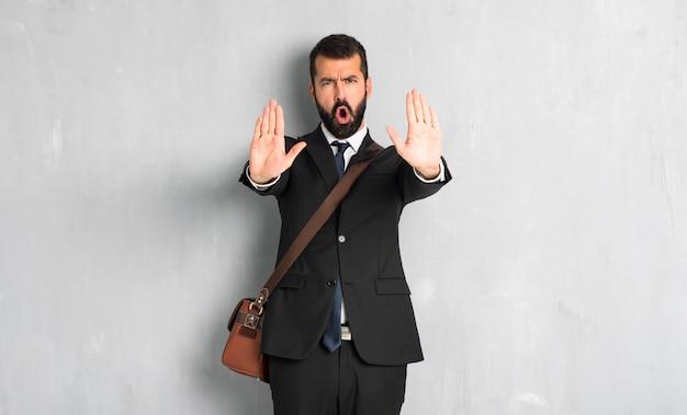 Zakenman met baard die eindegebaar maken voor teleurgesteld met een advies Premium Foto
