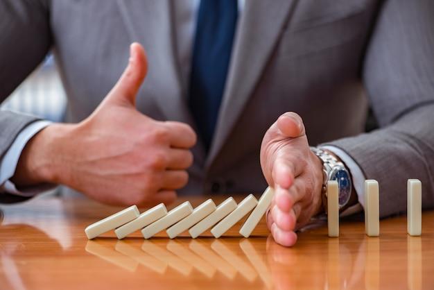 Zakenman met domino's in het kantoor Premium Foto