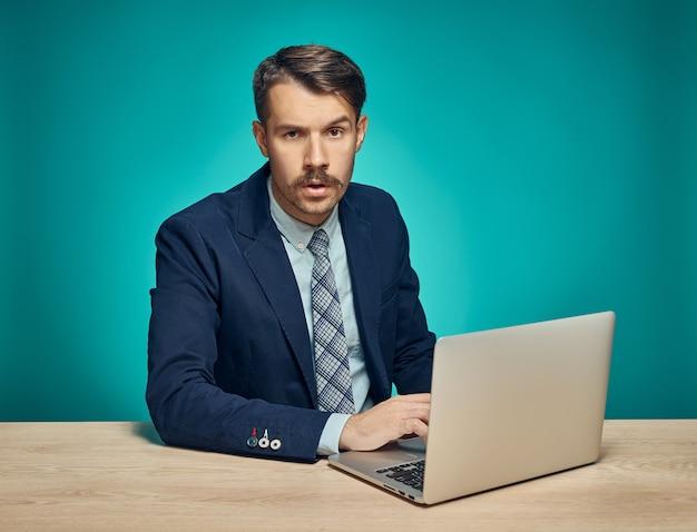 Zakenman met laptop op kantoor Gratis Foto
