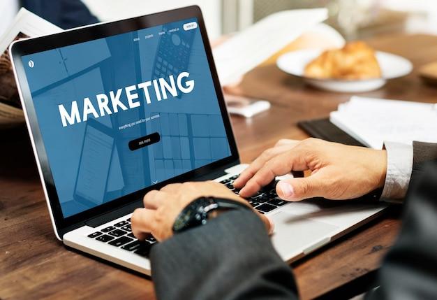 Zakenman met online marketing Gratis Foto