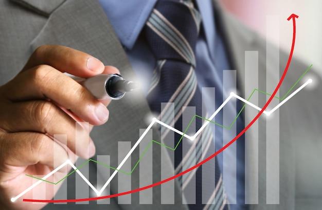 Zakenman met pak schrijven stock grafiek trend omhoog Premium Foto