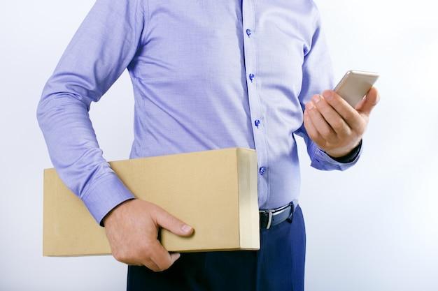Zakenman met slimme telefoon en doos Premium Foto