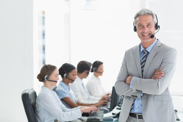 Zakenman met stafmedewerkers die computers gebruiken Premium Foto