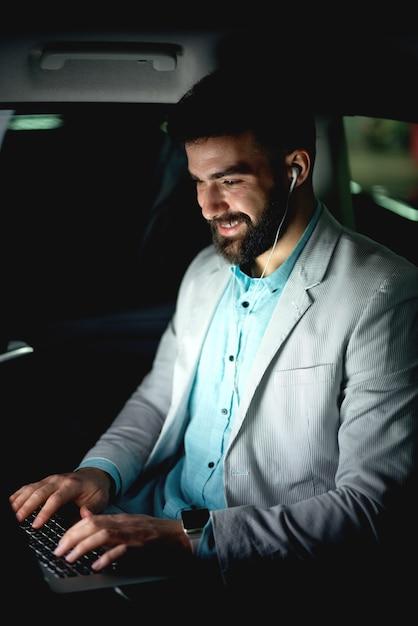 Zakenman naar huis rijden op auto werken laat praten online gesprek. Premium Foto