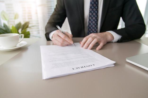 Zakenman ondertekening contract Gratis Foto