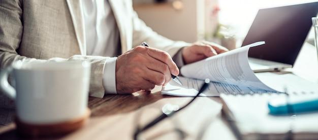 Zakenman ondertekening contract Premium Foto