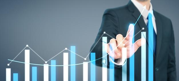 Zakenman plan grafiek groei toename van grafiek positieve indicatoren in zijn bedrijf Premium Foto