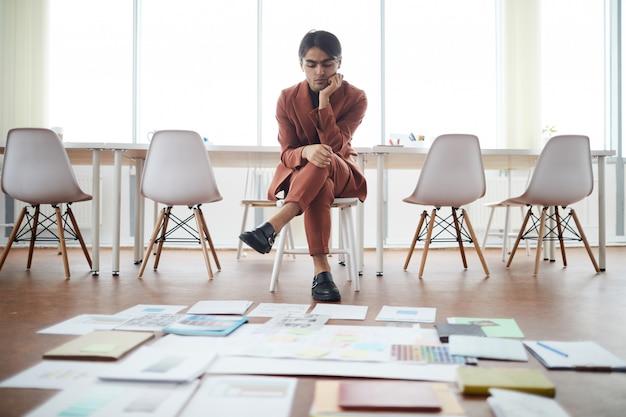 Zakenman planning project uit het midden-oosten in een leeg kantoor Premium Foto