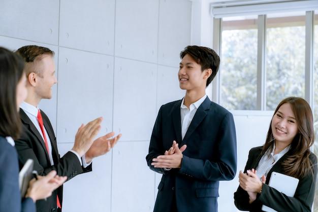 Zakenman schudden handen eens deal veel grote verkoop die doel van marketing plannen van het bedrijf afmaken Premium Foto