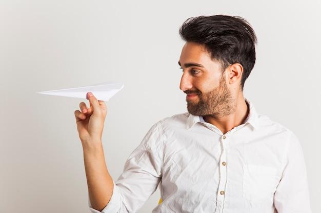 Zakenman spelen met papier vliegtuig Premium Foto