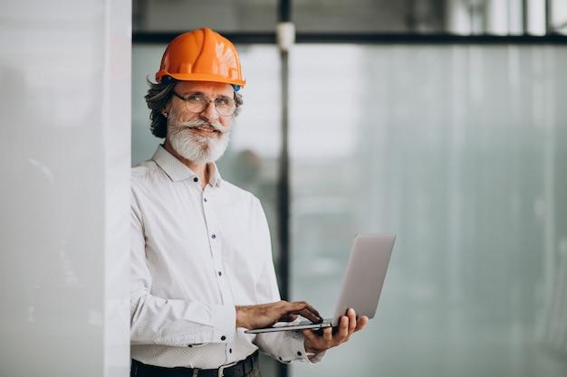 Zakenman van middelbare leeftijd in een bouwvakker Gratis Foto