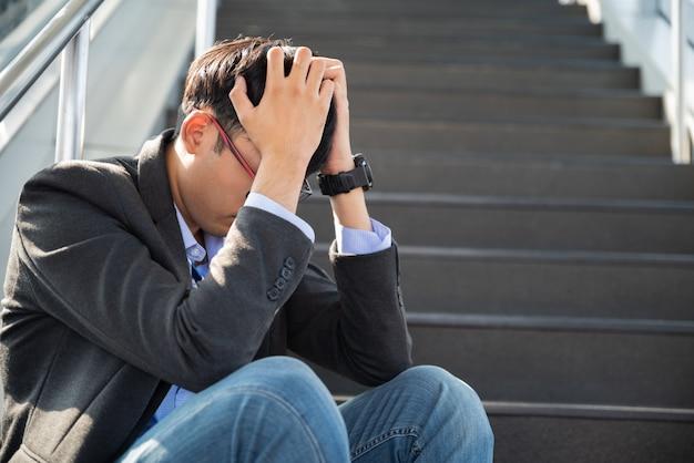 Zakenman verloren in depressie zittend op trappen lijden emotionele pijn verdriet Premium Foto