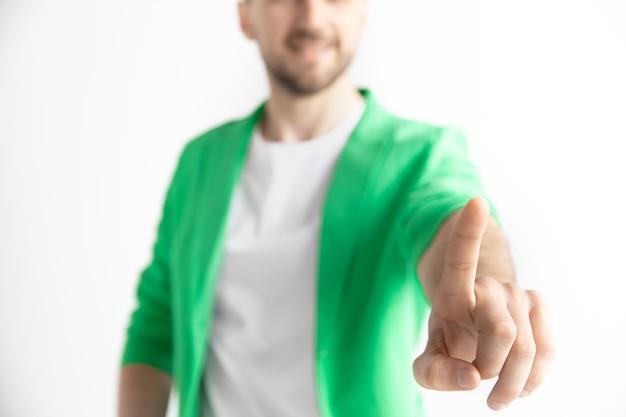 Zakenman vinger aanraken van lege zoekbalk, moderne achtergrond bedrijfsconcept - kan worden gebruikt voor het invoegen van tekst of afbeeldingen. Gratis Foto