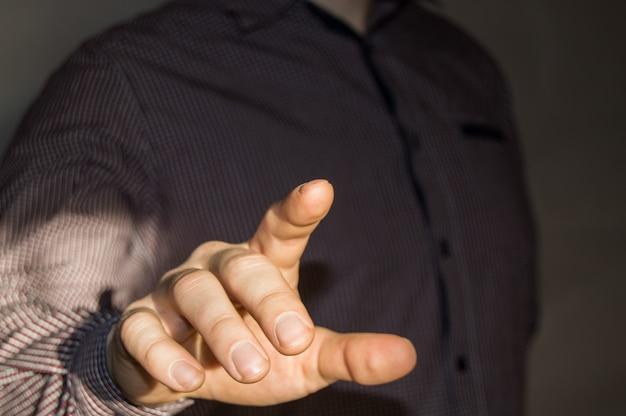 Zakenman wijzende vinger op lege virtuele scherm door op een virtuele knop Premium Foto