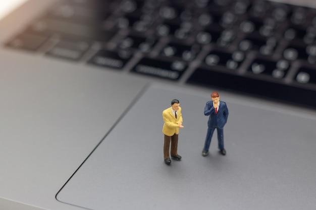 Zakenmanhanddruk tot bedrijfssucces online op laptop. Premium Foto