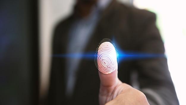 Zakenmanlogin met vingerafdrukaftasttechnologie. vingerafdruk om persoonlijk beveiligingssysteem te identificeren Premium Foto