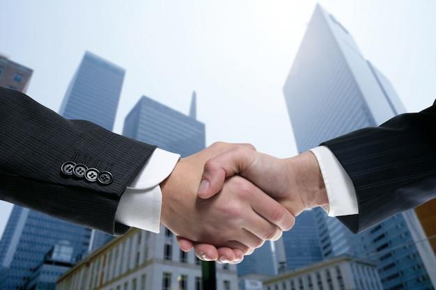 Zakenmanpartners die handen met kostuum schudden Premium Foto