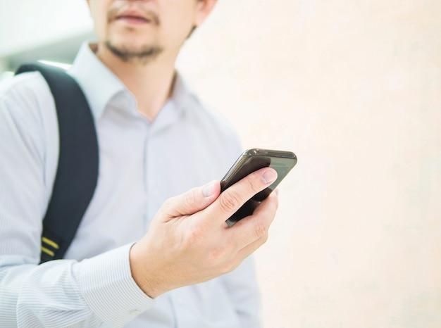 Zakenreiziger die mobiele telefoon met behulp van tijdens zijn reis bij luchthaventerminal Gratis Foto