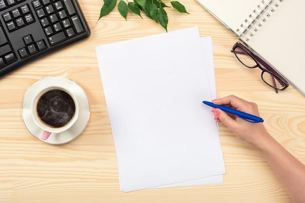 Zakenvrouw die met documenten werkt. klembord sjabloon papierwerk, financiële rapporten, cv, brief, formulier, contract. plat leggen Premium Foto