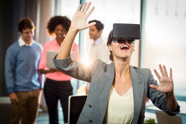 Zakenvrouw draagt een virtuele bril Premium Foto