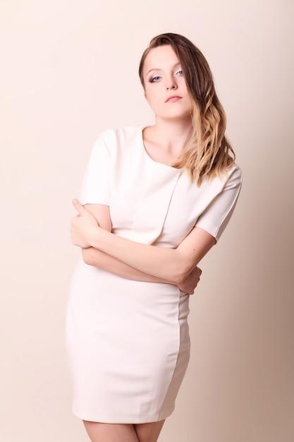 Zakenvrouw, gekruiste armen Premium Foto