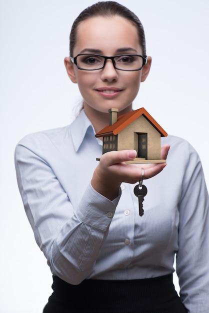Zakenvrouw in onroerend goed hypotheek concept Premium Foto
