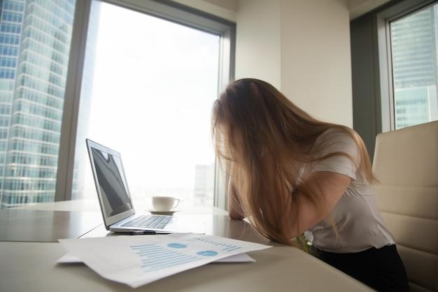 Zakenvrouw in wanhoop als gevolg van crisis Gratis Foto