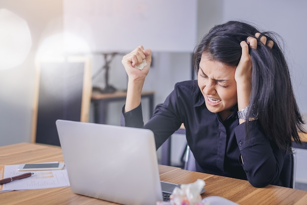 Zakenvrouw is teleurgesteld door een fout in de bedrijfssituatie Premium Foto