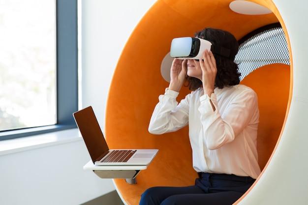 Zakenvrouw kijken naar interactieve presentatie Gratis Foto
