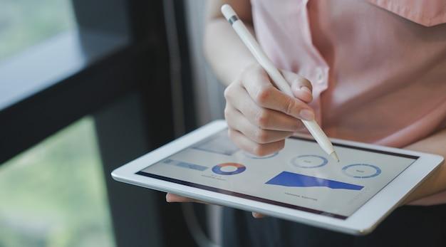 Zakenvrouw manager hand met stylus pen voor schrijven Premium Foto