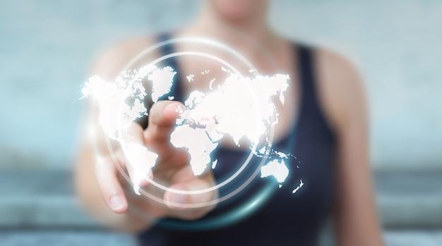 Zakenvrouw met behulp van digitale wereldkaart-interface Premium Foto