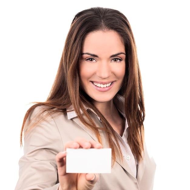 Zakenvrouw met een blanco visitekaartje op witte achtergrond Gratis Foto