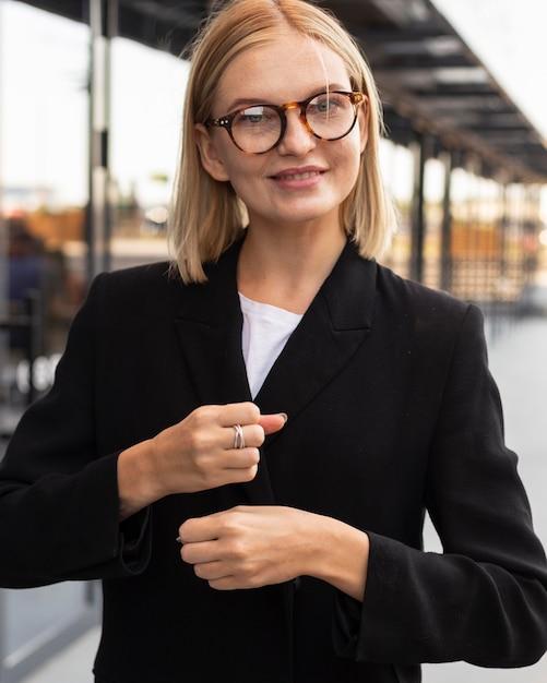 Zakenvrouw met gebarentaal buitenshuis op het werk Gratis Foto