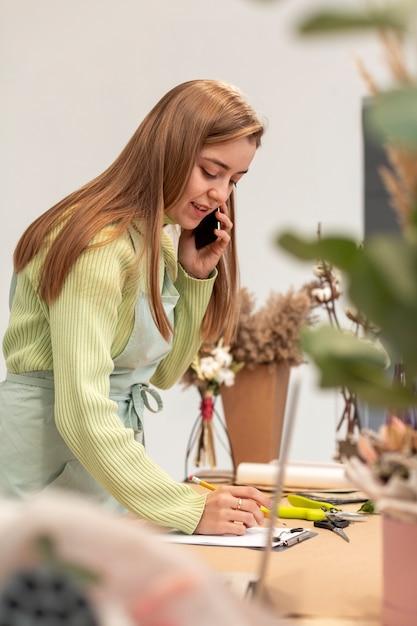 Zakenvrouw praten over de telefoon Gratis Foto
