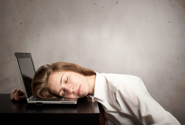 Zakenvrouw slapen op laptop Premium Foto