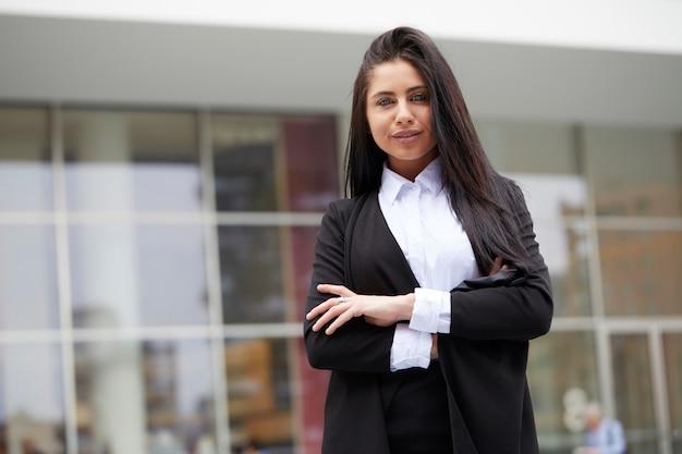 Zakenvrouw werken buiten kantoorgebouw Premium Foto