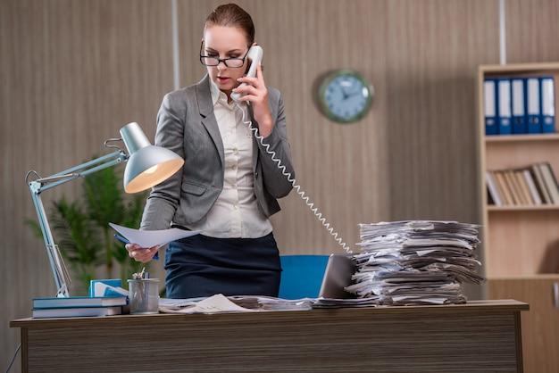 Zakenvrouw werken op kantoor Premium Foto