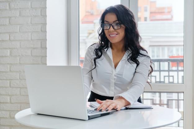 Zakenvrouw werkt op haar laptop Premium Foto