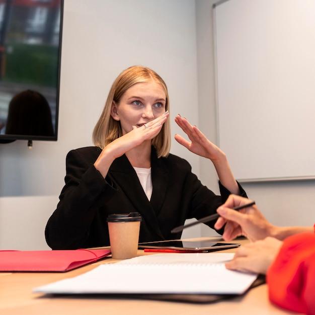 Zakenvrouwen die gebarentaal gebruiken om met elkaar te praten Gratis Foto