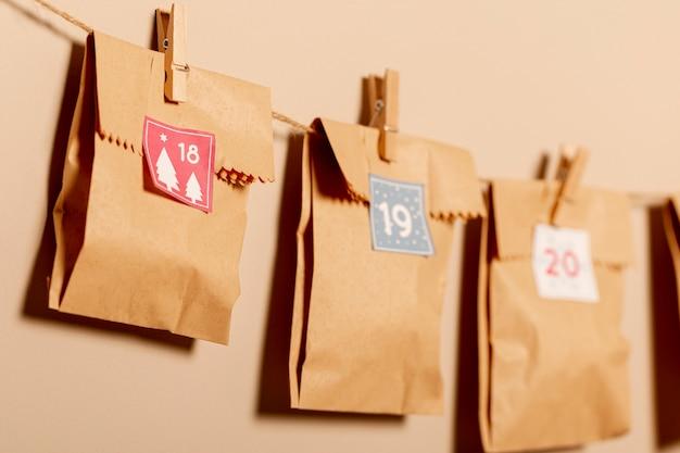 Zakken in papieren stijl opgehangen met haken aan de muur Gratis Foto