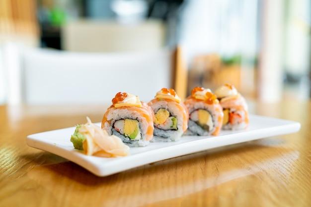Zalm roll sushi met kaas bovenop - japanse eetstijl Premium Foto