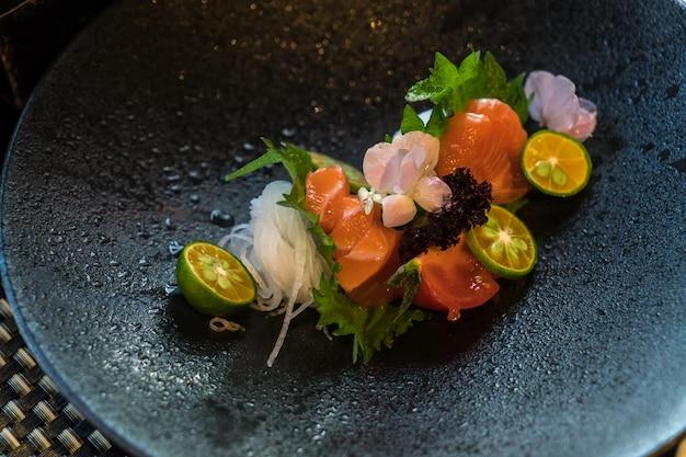 Zalm sashimi verse en rauwe zalm vis slice klaar om te serveren in japanse voedselstijl. Premium Foto