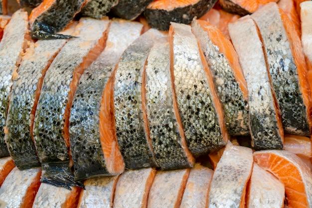 Zalm steak op tegenijs in een supermarkt, Premium Foto
