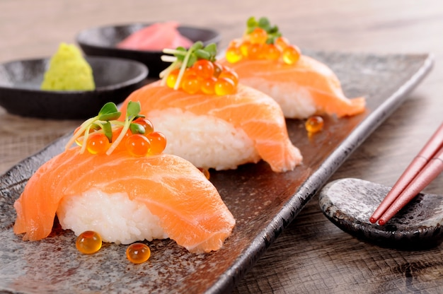Zalm sushi met kaviaar en eetstokjes Gratis Foto