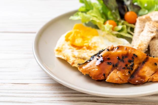 Zalm teriyaki steak met gebakken ei en salade Premium Foto