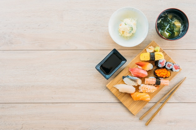 Zalm tonijn shell garnalen en andere vlees sushi maki Gratis Foto