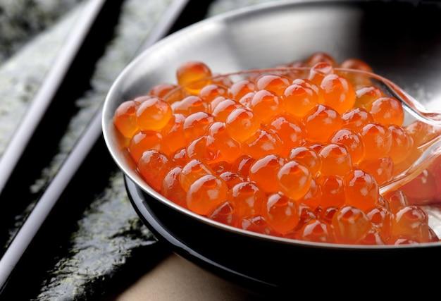 Zalmeieren of ikura in japanse stijl. Premium Foto